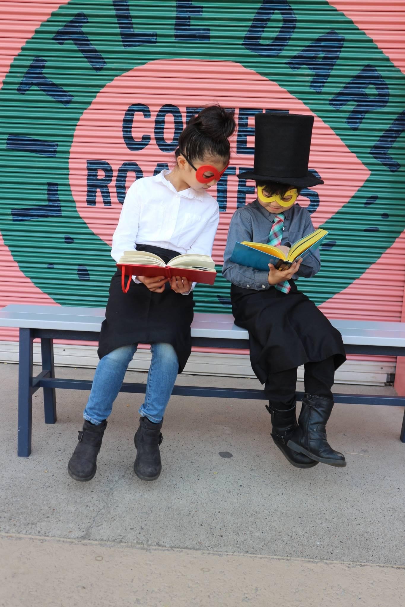 二人で本を読んでポーズ