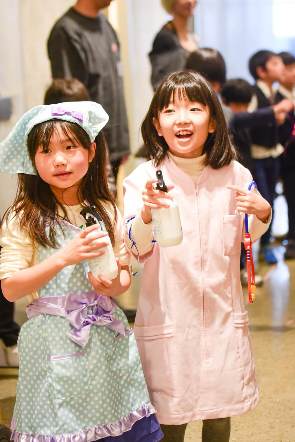 夢の仕事の衣装を着る子供たち
